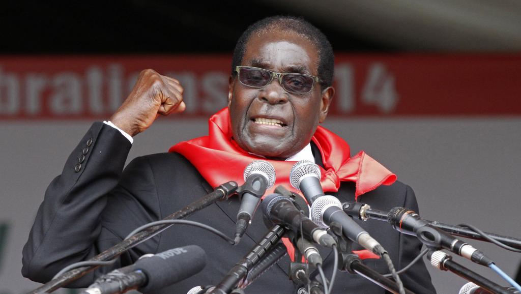 Le président zimbabwéen, Robert Mugabe, fêtant ses 90 ans à Marondera, le 23 février 2014. REUTERS/Philimon Bulawayo