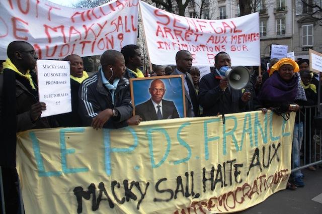 Paris : les pro-Karim manifestent, « ce sont des Sdf » pour Abdou Mbow