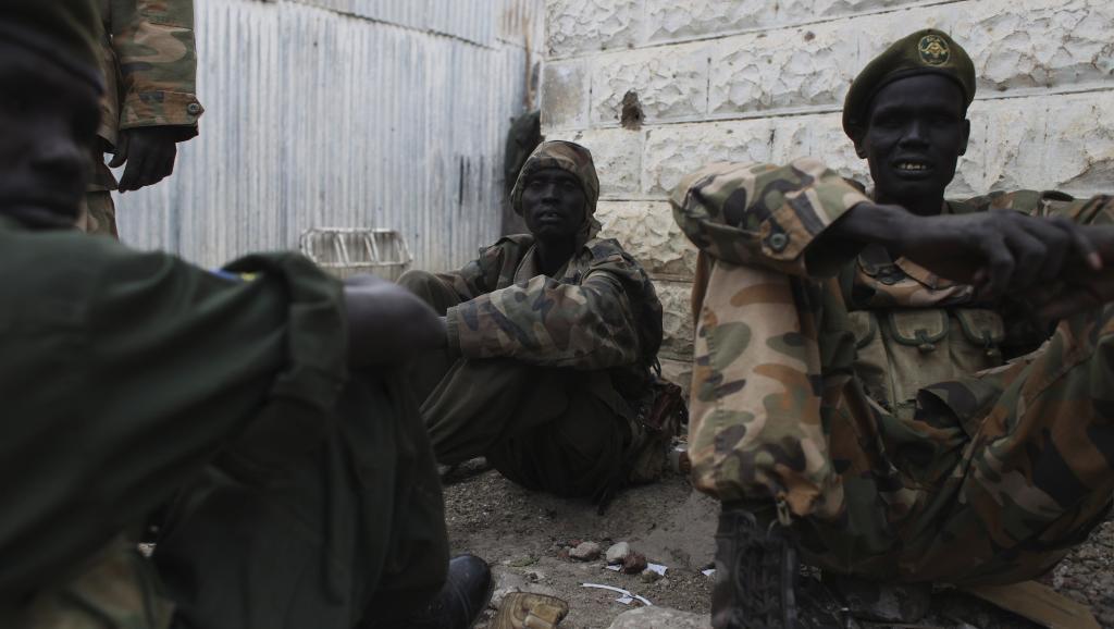 Des soldats de l'Armée populaire de libération du Soudan en attente dans un camp de Malakal. REUTERS/Andreea Campeanu