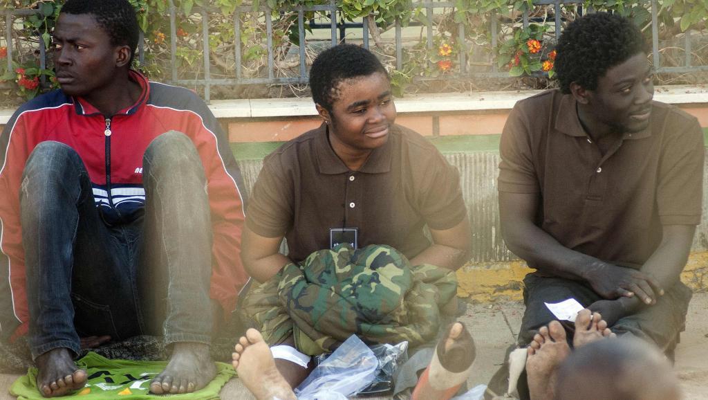 Des migrants attendent dans la cour d'un centre d'hébergement, après avoir traversé la frontière à Melilla, le 28 février 2014. REUTERS/Jesus Blasco de Avellaneda