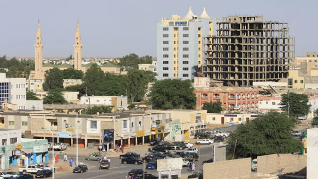 L'avenue Abdel Nasser, le premier «goudron»de Nouakchott qui allait de l'aéroport à la mer. En arrière-plan, les minarets de la mosquée saoudienne, construite en 1976 et le Khaïma Center, le plus haut immeuble de la ville.