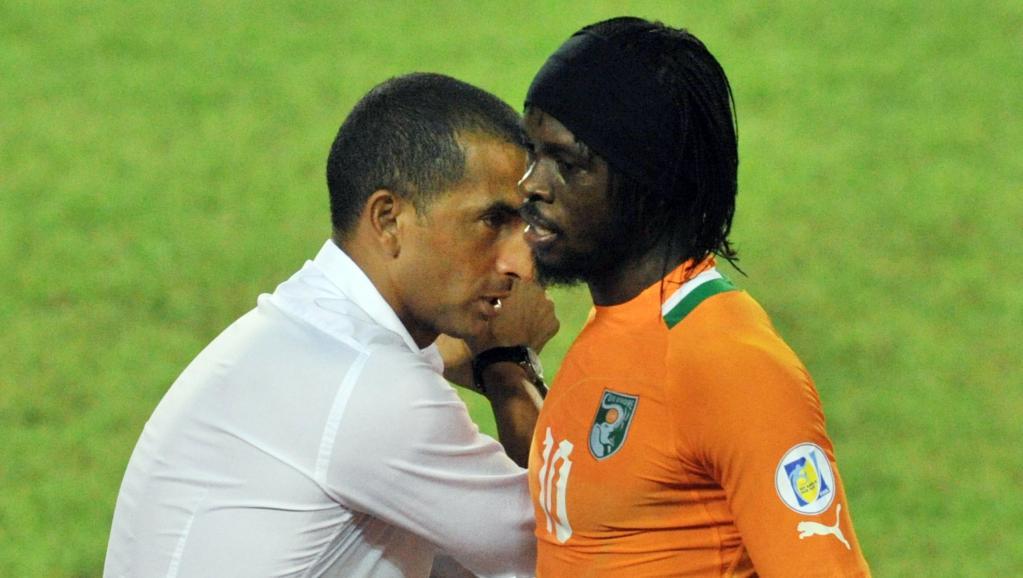L'Ivoirien Gervinho avec son entraîneur Sabri Lamouchi. AFP PHOTO/ ISSOUF SANOGO