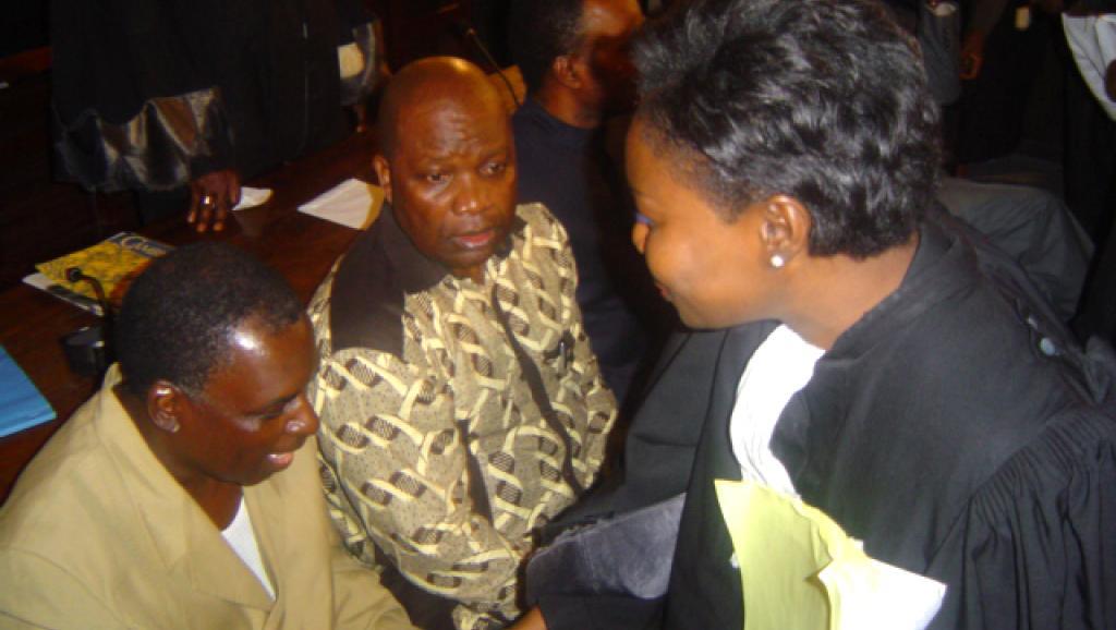 Le colonel Marcel Ntsourou (G), dans le box des accusés, lors du procès du Beach de Brazzaville en 2005.AFP PHOTO/GG Kitina