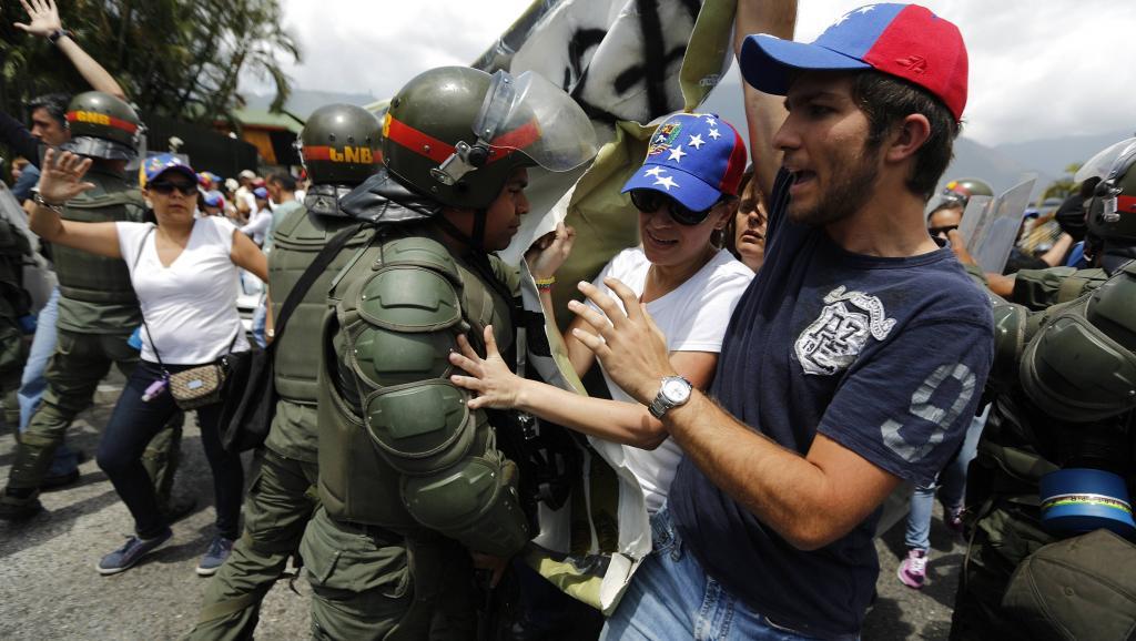 Le 4 mars, des opposants affrontent des gardes nationaux alors qu'ils progressent vers la base aérienne Général-Francisco de Miranda.