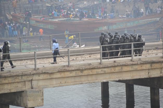 PHOTOS & VIDEO Soulèvement des pêcheurs : un car brûlé, un policier gravement blessé