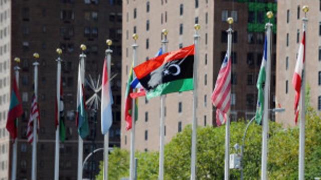 Le drapeau libyen flotte devant le siège des Nations unies à New York