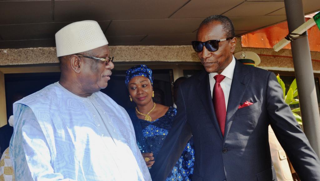Le président malien, Ibrahim Boubacar Keïta accueilli à son arrivée à Conakry par son homologue guinéen Alpha Condé, le 10 mars 2015.