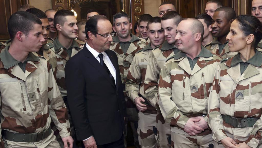 C'est au nom des interventions françaises en Afrique qu'ont été adressées des menaces de mort à François Hollande, ici en compagnie des soldats en partance pour le Mali, le 19 janvier 2013. REUTERS/Philippe Wojazer