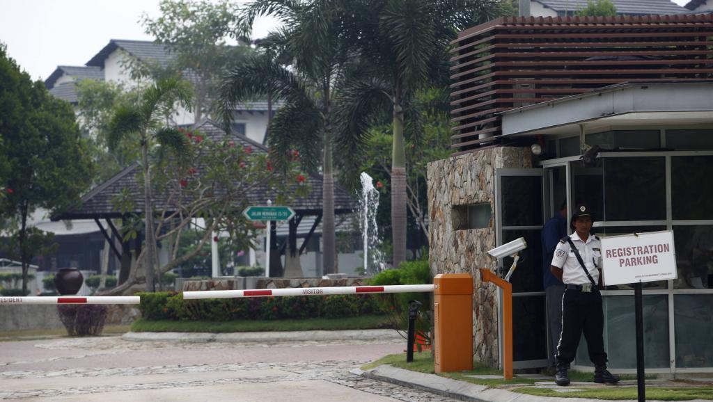Selon des journalistes malaisiens, le domicile du commandant du vol MH370, Zaharie Ahmad Sha, 53 ans, a été perquisitionné samedi, pendant plus de deux heures, par la police. Kuala Lumpur, le 15 mars 2014.