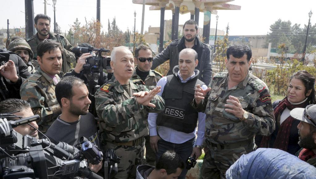 Des officiers syriens devant la presse à Yabroud, le 16 mars 2014.