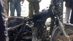 La moto sur laquelle se trouvaient les terroristes, après l'explosion.