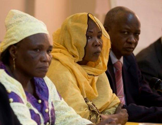 Hadjo Amina Moctar, présidente du secteur du 5é arrondissement de Ndjamena pour l'association des victimes de crime du régime de Hissène Habré au milieu de l'image
