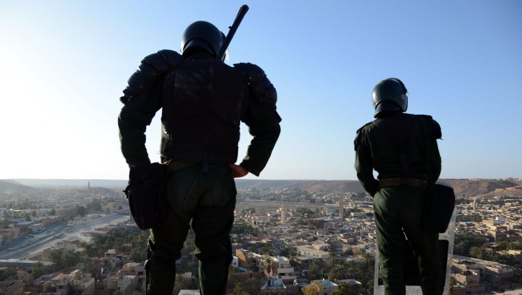 Des forces de sécurités algériennes montent la guarde près de la ville de Ghardaïa, le 18 mars 2014.