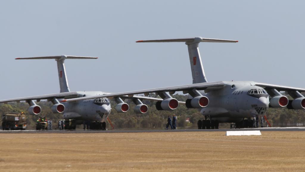 Deux appareils Il-76 de l'armée de l'air chinoise sur une base australienne de la RAAF non loin de Perth, le 23 mars 2014.