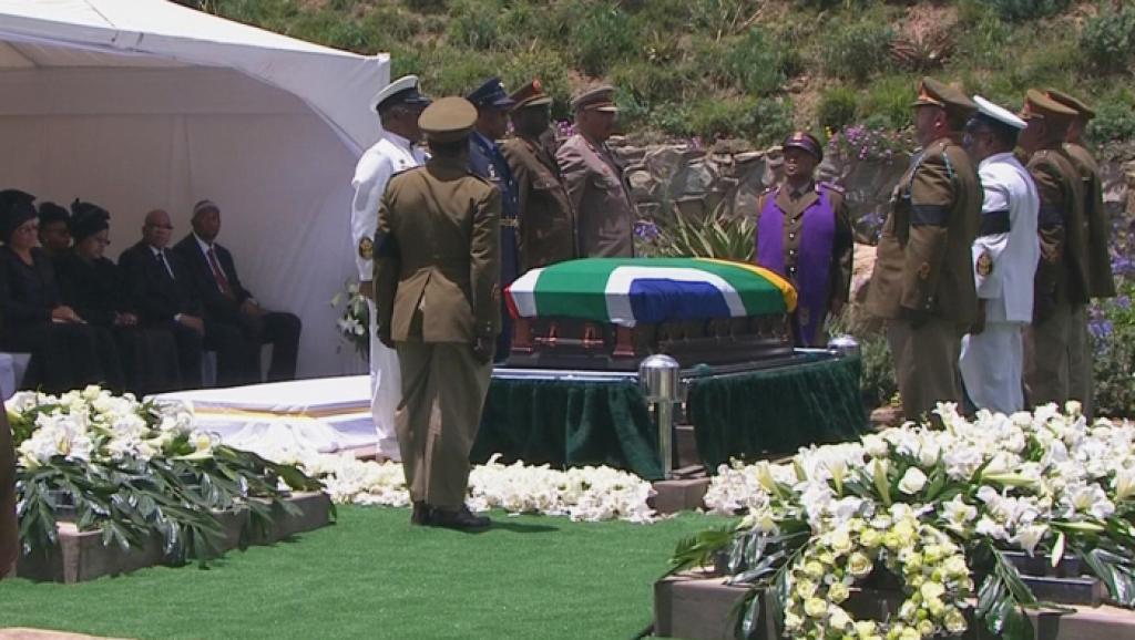 Le cercueil de Nelson Mandela dans le carré familial de Qunu avant sa mise en terre, le 15 décembre 2013.