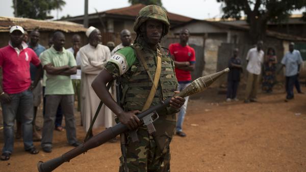 Un soldat de l'Union africaine lors des funérailles de deux hommes tués dans le quartier PK5 à Bangui, 23/03/14. REUTERS/Siegfried Modola