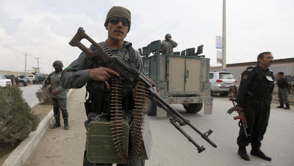 Des policiers afghans sur les lieux de l'attaque à Kaboul, le 29 mars 2014.