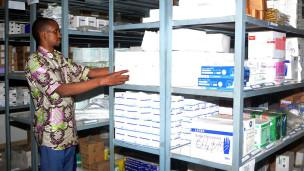 Du matériel de protection contre le virus Ebola, dans un magasin de l'ONG Médecins sans frontières, à Conakry