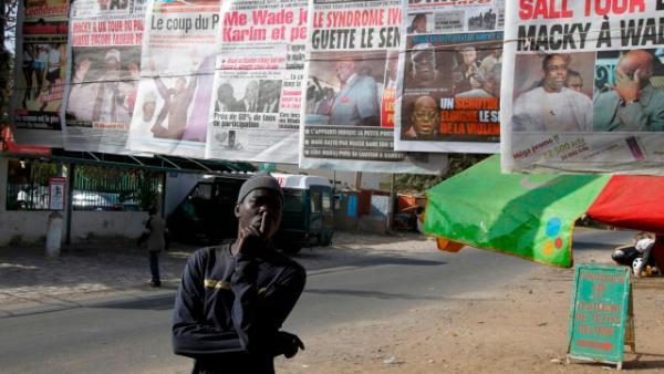 Journaux au Sénégal. Reuters/Youssef Boudlal