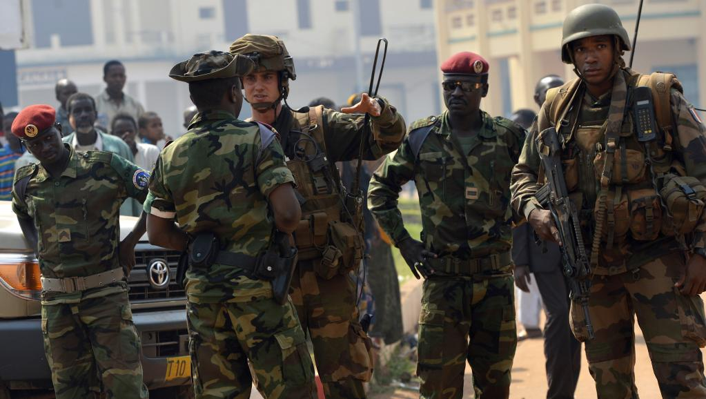 Patrouille conjointe de soldats français de l'opération Sangaris et de troupes tchadiennes de la Misca, à Bangui, le 4 janvier 2014.