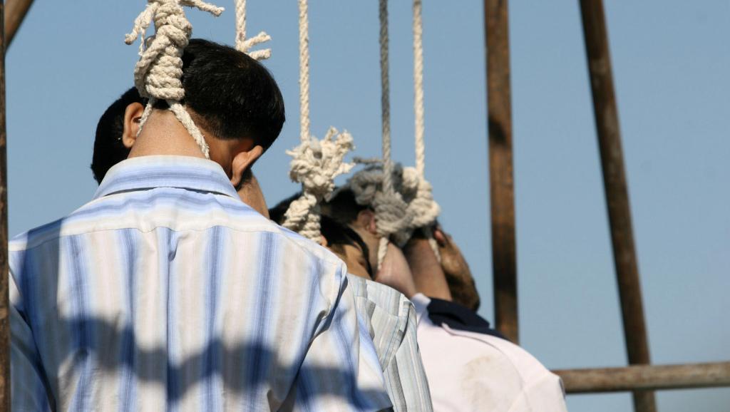 Cinq suppliciés dans la ville iranienne de Mashhad, exécutés en public, le 1er août 2007. AFP PHOTO/STR/ISNA