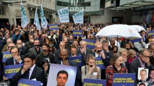 De nombreux journalistes rassemblés devant le siège de la BBC en solidarité avec les trois journalistes détenus