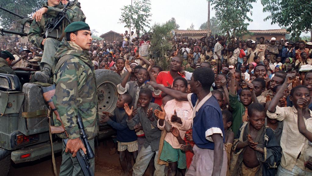 Des réfugiés hutu, le 3 juillet 1994, accueillent l'armée française dans leur camp près de Butare. AFP/HOCINE ZAOURAR