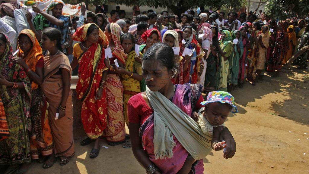 Des femmes indiennes adivasis font la queue dans un bureau de vote, dans le district de Kandhamal (est de l'Inde), le 10 avril 2014