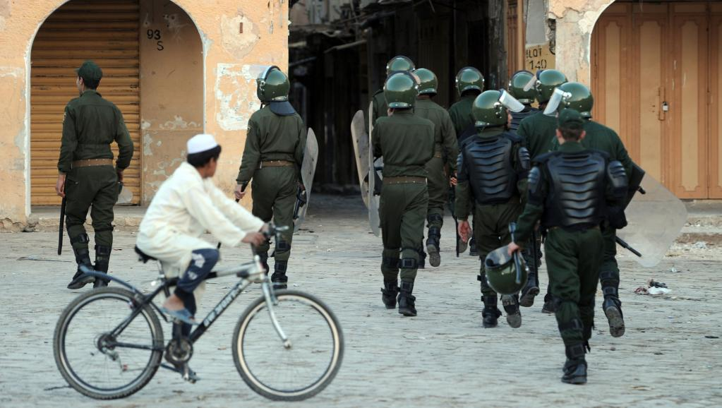Dans la région de Ghardaïa, les renforts policiers sont nombreux. Mais les violences se poursuivent. AFP PHOTO / FAROUK BATICHE