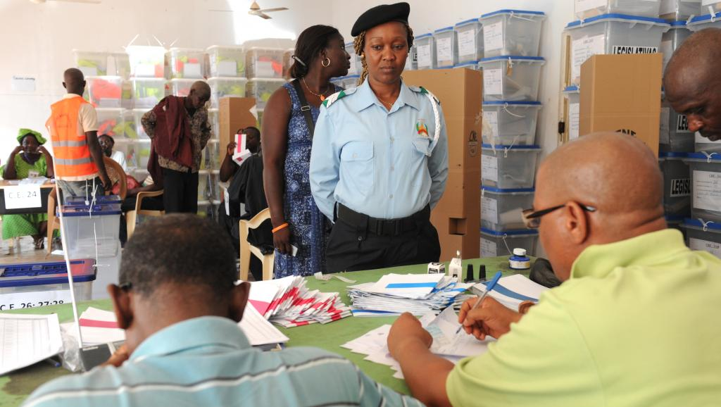 Un bureau de vote à Bissau, le 10 avril lors de l'ouverture des scrutins aux policiers et militaires du pays. AFP PHOTO / SEYLLOU