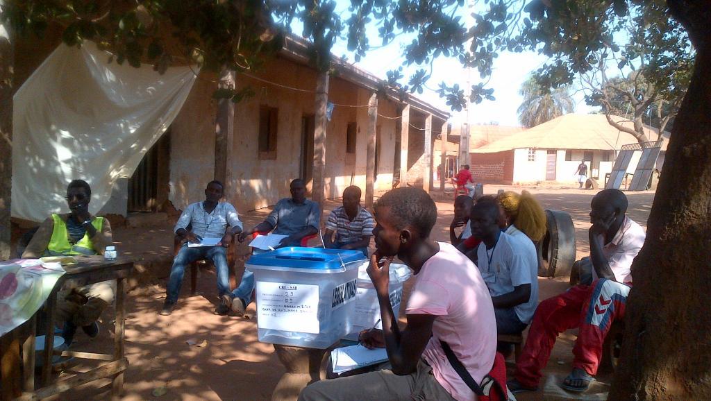 Dans un bureau de vote du quartier de Bairro, à Bissau, ce dimanche 13 avril 2014. Photo : RFI / Carine Frenk