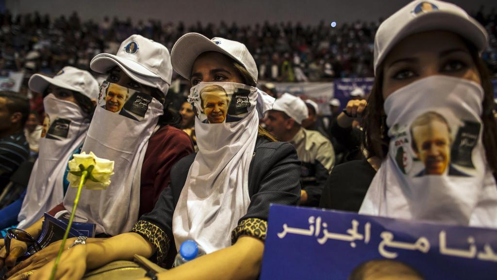 Des partisans du président d'Abdelaziz Bouteflika dont la campagne aurait coûté 75 millions d'euros selon la presse algérienne.