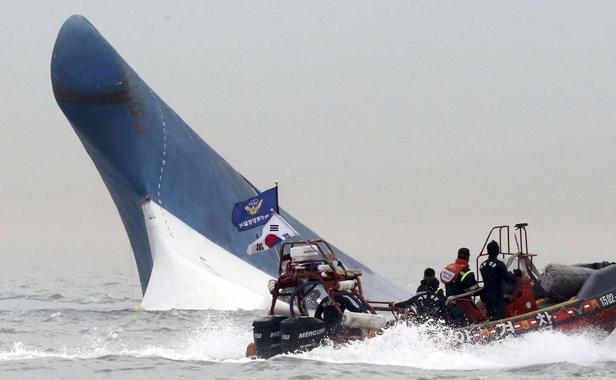 Efforts désespérés pour retrouver des survivants après le naufrage du ferry sud-coréen