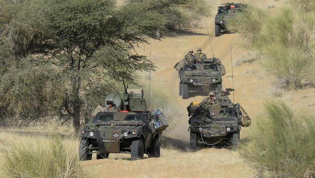 Un convoi de l'armée française près du village de Bemba, entre Tombouctou et Gao dans le nord du Mali, le 31 octobre 2013.