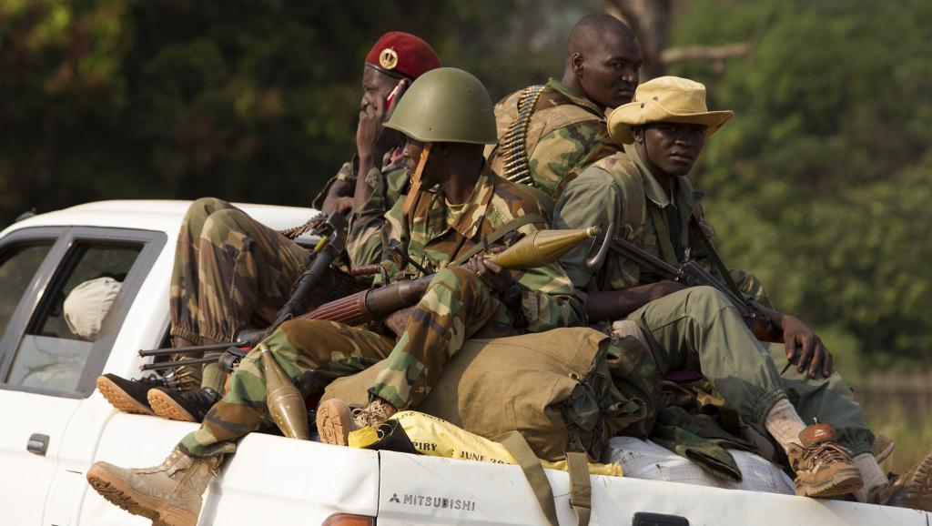 Des élément de l'ex-Seleka dans un pick-up, au nord de Bangui le 27 janvier 2014. Des accrochages auraient eu lieu lundi 21 avril entre éléments de la Seleka et soldats de la Misca à Bouca, dans le nord-ouest du pays. REUTERS/Siegfried Modola