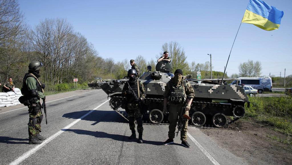 Des soldats ukrainiens à un point de contrôle à Slaviansk, dans l'est du pays. REUTERS/Marko Djurica