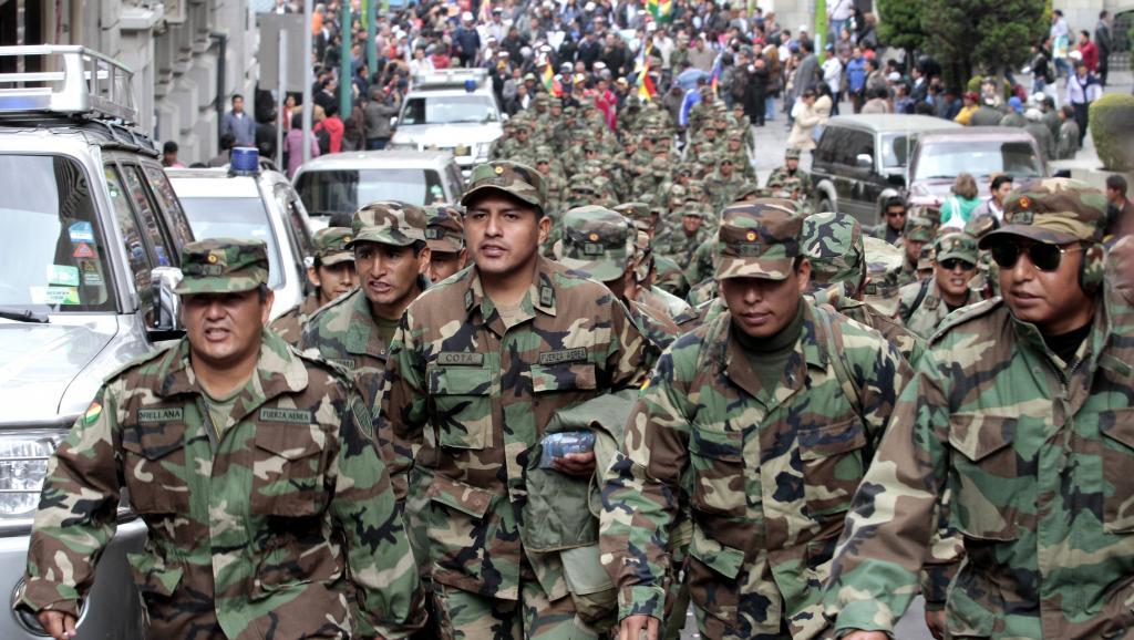 Des sous-officiers de l'armée bolivienne manifestent dans les rues de La Paz, le 24 avril 2014. REUTERS/David Mercado