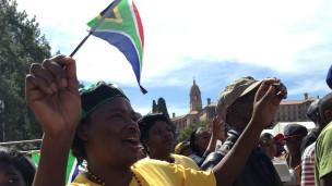 Comme de nombreux Sud-africains, cette femme participait dimanche matin à la célébration du 20e anniversaire de la démocratie