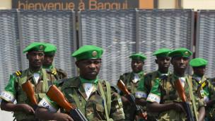 Des soldats de la force africaine déployée à Bangui, qui assure l'escorte des musulmans fuyant Bangui