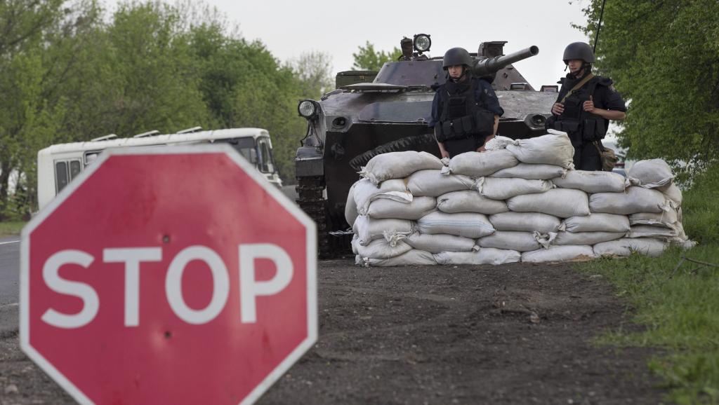 Point de contrôle des forces ukrainiennes à côté de la ville de Slaviansk, le 1er mai 2014.