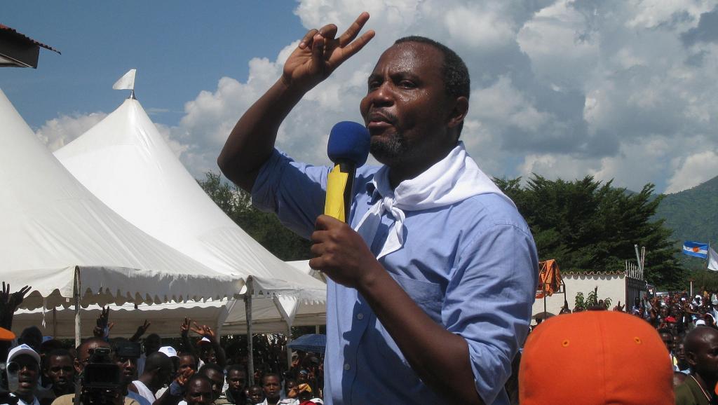 Alexis Sinduhije lors d'un meeting pour le Mouvement pour la solidarité et la démocratie (MSD) à Bujumbura, le 11 avril 2010.