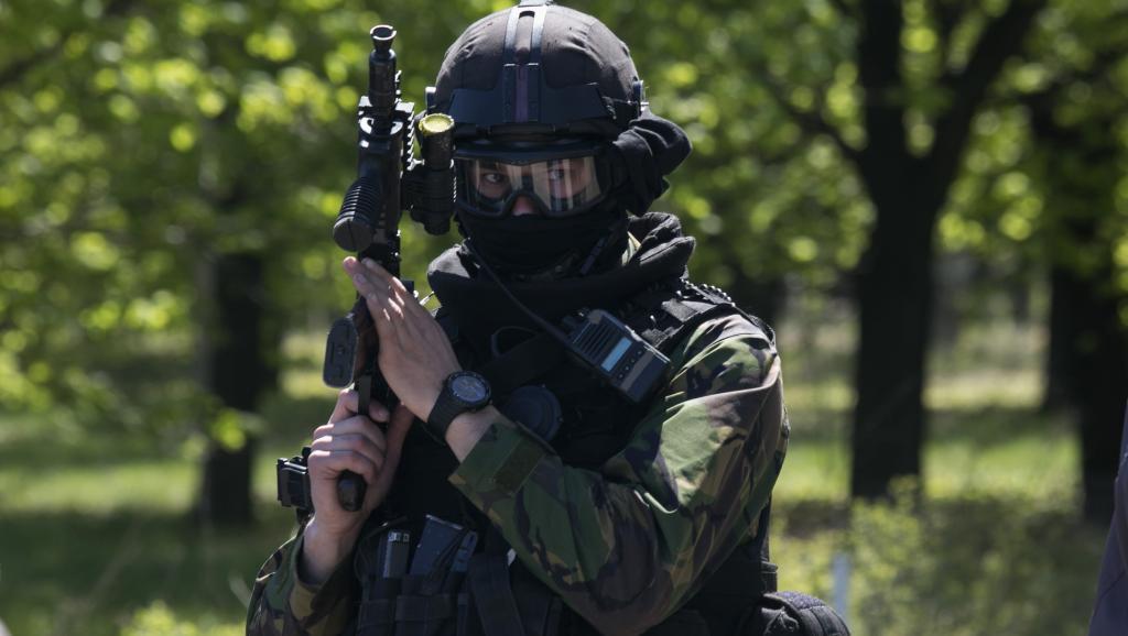 Un soldat de l'armée ukrainienne, à proximité de l'aéroport de Kramatorsk, le 25 avril 2014