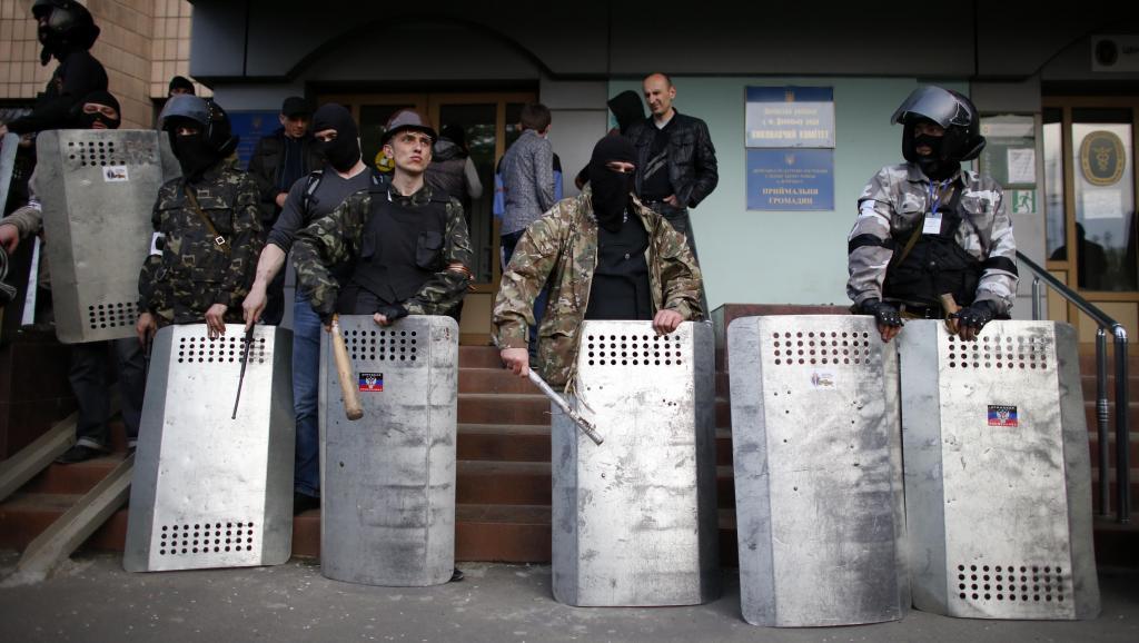 Des militants pro-russes, à Donetsk, le 4 mai. Les sépératistes continuent de mobiliser et affirment que des renforts leurs arrivent de toute l'Ukraine.