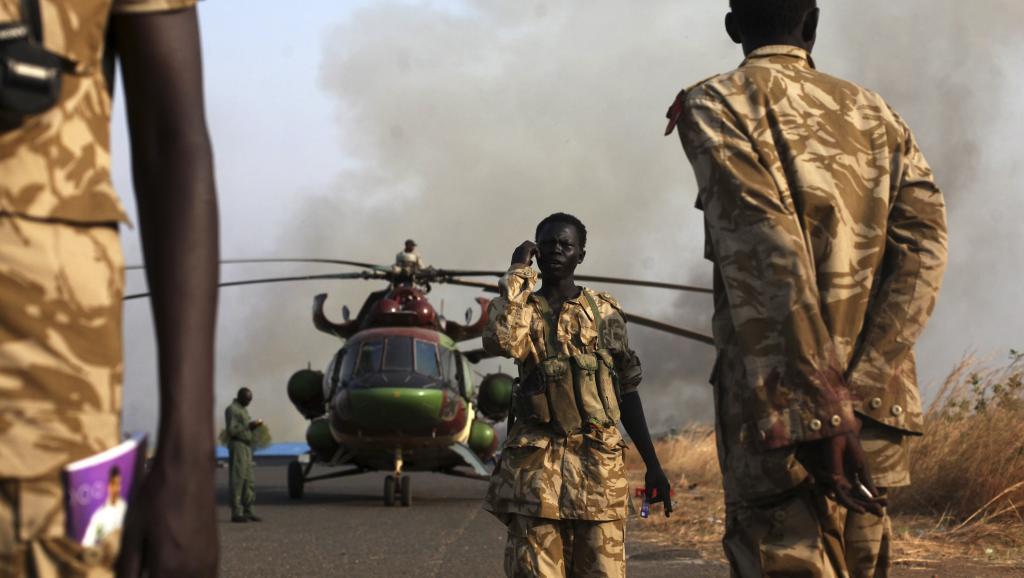 Des soldats de l'armée populaire de libération du Soudan du Sud (SPLA) à l'aéroport de Juba, le 25 janvier 2014, où un hélicoptère vient de rentrer de Bor. REUTERS/Andreea Campeanu