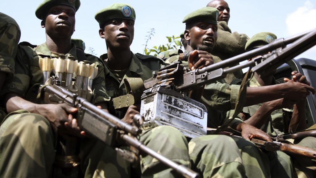 Un groupe de soldats des FARDC en patrouille à Minova, le 26 novembre 2012. REUTERS/Goran Tomasevic