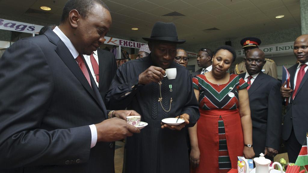 Goodluck Jonathan, le président nigérian (d.) et son homologue kényan Uhuru Kenyatta, à Abuja, lors d'une renconbtre bilatérale, le 5 mai.