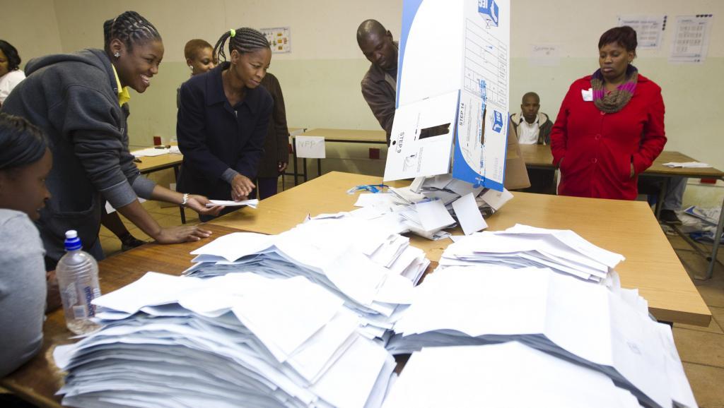 Dépouillement des bulletins de vote dans un bureau de Embo, à l'ouest de Durban, le 7 mai 2014. REUTERS/Rogan Ward