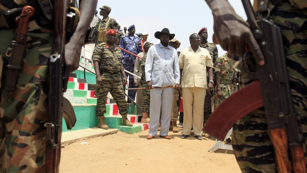 Salva Kiir (g.), le président du Soudan du Sud, aux côtés de Riek Machar (d.), ancien vice-président désormais dissident, en avril 2010 à Bentiu.REUTERS/Goran Tomasevic/Files