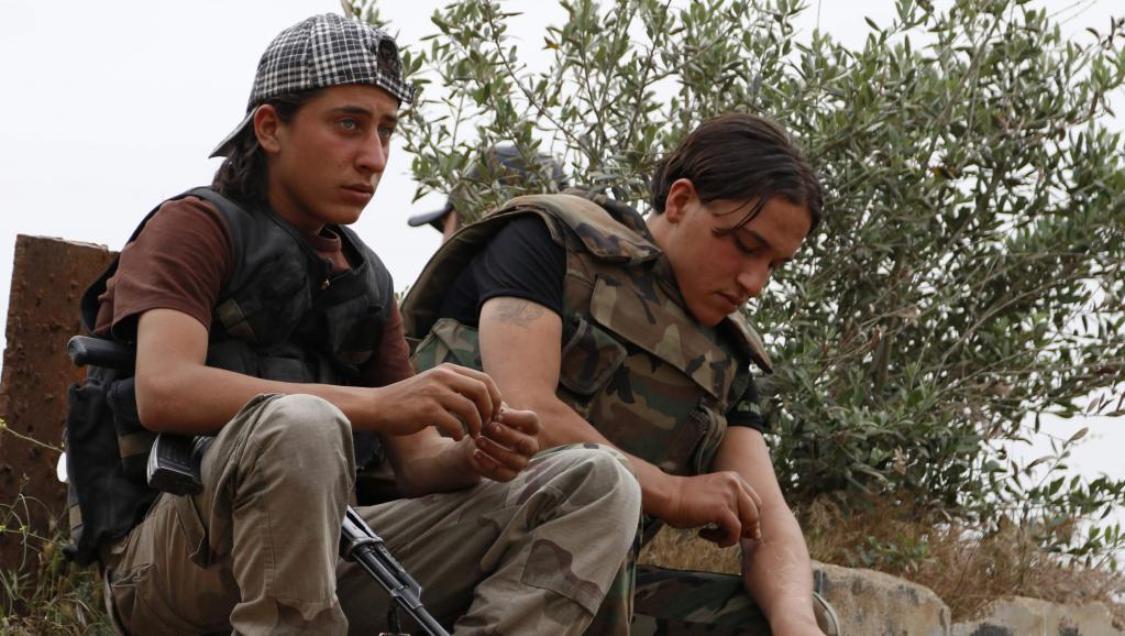 Des jeunes combattants syriens à Maraat al-Nouman, dans la province d'Idlieb, le 5 mai 2014.REUTERS/Rasem Ghareeb
