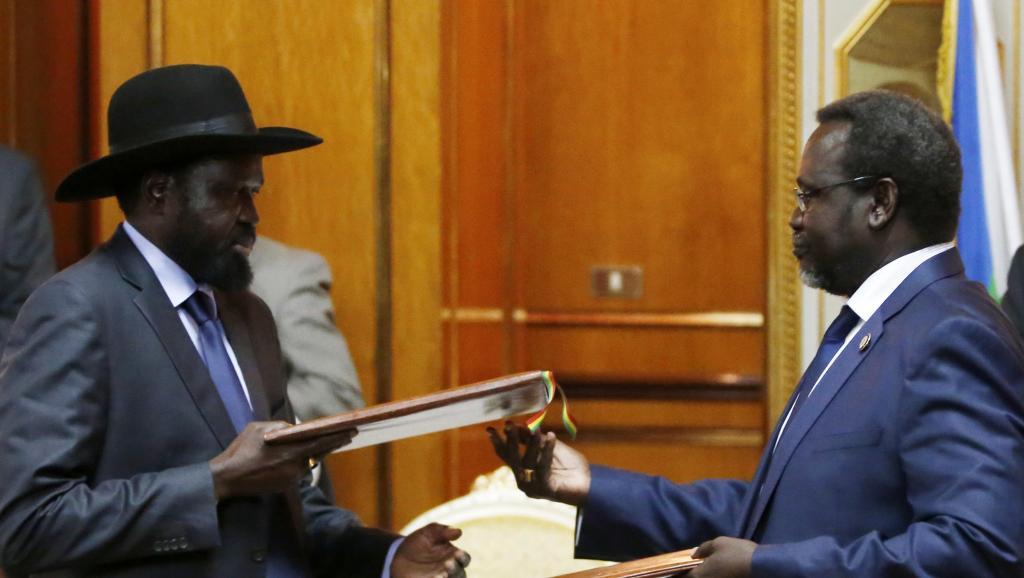 Riek Machar (d.) et Salva Kiir (g.) lors de la signature de l'accord de paix, à Addis-Abeda en Ethiopie, le 9 mai 2014.